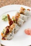 Rollo de sushi del aguacate del Tempura del camarón Foto de archivo