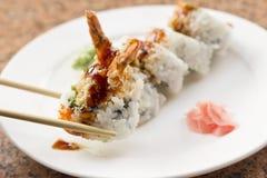 Rollo de sushi del aguacate del Tempura del camarón Imágenes de archivo libres de regalías