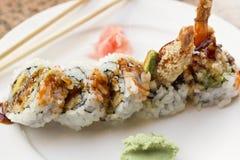 Rollo de sushi del aguacate del Tempura del camarón Imagen de archivo