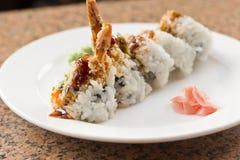 Rollo de sushi del aguacate del Tempura del camarón Imagen de archivo libre de regalías