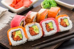 Rollo de sushi del arco iris con los salmones, el atún y la anguila Fotos de archivo