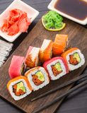 Rollo de sushi del arco iris con los salmones, el atún y la anguila Imagen de archivo