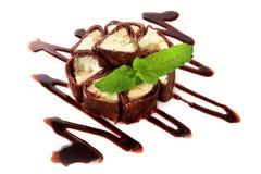 Rollo de sushi del chocolate adornado con la fruta imagen de archivo