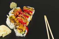 Rollo de sushi del Tempura del camarón Fotos de archivo libres de regalías