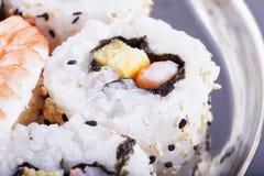 Rollo de sushi en cierre para arriba imagenes de archivo