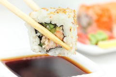 Rollo de sushi en palillos Imagen de archivo