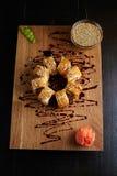 Rollo de sushi en un tablero de madera Foto de archivo