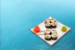 Rollo de sushi fijado con alga marina Fotografía de archivo