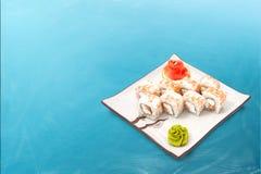 Rollo de sushi fijado con el caviar y el atún Imágenes de archivo libres de regalías
