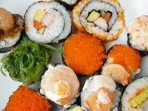 Rollo de sushi fijado en la placa blanca Imagen de archivo