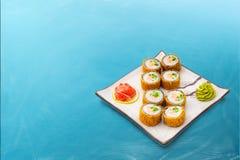 Rollo de sushi fijado en migajas de pan Fotos de archivo libres de regalías