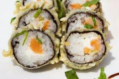 Rollo de sushi frito caliente con los salmones, el aguacate y el queso Menú del sushi Comida japonesa Imagen de archivo libre de regalías