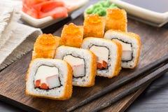 Rollo de sushi frito con el camarón y el caviar Imagen de archivo libre de regalías