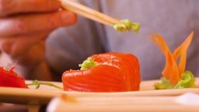 Rollo de sushi japonés antropófago con wasabi en restaurante asiático tradicional metrajes