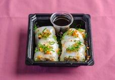 Rollo de sushi japonés del plato con la salsa de soja Imágenes de archivo libres de regalías