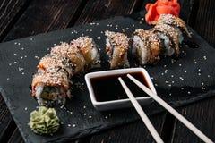 Rollo de sushi de oro del dragón con el atún, anguila, pepino, semillas de sésamo fotos de archivo