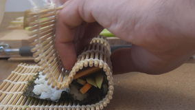 Rollo de sushi que hace la comida japonesa almacen de video