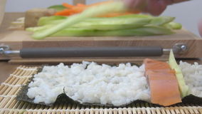 Rollo de sushi que hace la comida japonesa almacen de metraje de vídeo