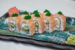 Rollo de sushi sano de la col rizada y del aguacate con los palillos Fotografía de archivo