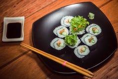 Rollo de sushi vegetariano en la placa negra fotos de archivo libres de regalías