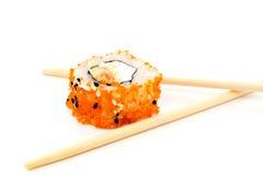 Rollo de sushi y palillos Fotografía de archivo
