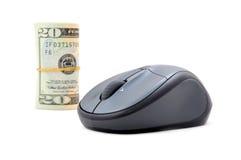 Rollo del dinero con el ratón del ordenador fotografía de archivo
