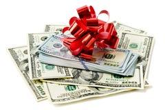 Rollo del efectivo con el arco rojo Imágenes de archivo libres de regalías