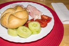 Rollo del jamón con los pepinos, tomates Imagenes de archivo