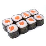 Rollo del japonés del maki del motivo con los salmones aislados en el fondo blanco Imágenes de archivo libres de regalías