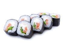 Rollo del japonés del maki del motivo con los salmones aislados en el fondo blanco Fotos de archivo libres de regalías