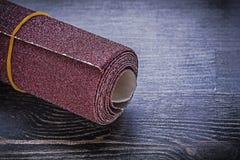 Rollo del papel de lija en el equipo del abrasivo del tablero de madera del vintage Fotografía de archivo