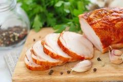 Rollo del pollo cocido con las especias y el ajo fotos de archivo