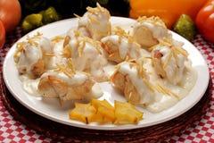 Rollo del pollo con la salsa blanca en una placa blanca Fotos de archivo libres de regalías
