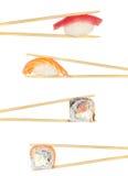 Rollo del rollo de sushi y de sushi del nigiri en los palillos aislados Foto de archivo