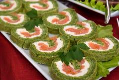 Rollo del salmón ahumado con la espinaca, comida vegetariana del partido imágenes de archivo libres de regalías