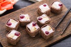 Rollo dulce con queso y el plátano del arándano Imagen de archivo libre de regalías
