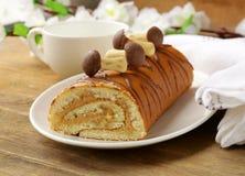 Rollo dulce de la torta con café con leche Fotos de archivo libres de regalías
