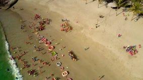 Rollo espumoso de las olas oceánicas en la playa con los niños metrajes