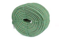 Rollo grande de la cuerda de nylon verde en el fondo blanco Imagenes de archivo