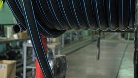 Rollo que rosca el tubo de la bobina Fabricación de fábrica plástica de los tubos de agua Proceso de hacer los tubos plásticos en almacen de video