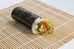 Rollo Temaki de la mano de Unagi (anguila) Imagenes de archivo