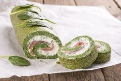 Rollo verde de la espinaca con queso suave y salmones fotografía de archivo