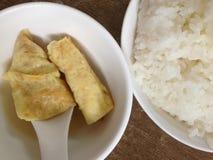 Rollo y arroz de huevo Imagenes de archivo