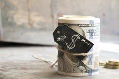 Rollo y monedas del dólar Fotos de archivo