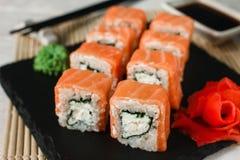 Rollos apetitosos de los salmones del uramaki Sushi japonés Fotografía de archivo