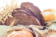 Rollos curruscantes cortados pan del pan Imagen de archivo libre de regalías