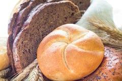 Rollos curruscantes cortados pan del pan Foto de archivo libre de regalías