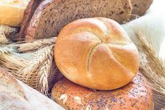 Rollos curruscantes cortados pan del pan Fotos de archivo libres de regalías