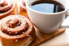 Rollos de canela con café Foto de archivo libre de regalías