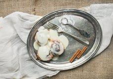 Rollos de canela con los palillos de la formación de hielo y de canela del queso cremoso en a Fotografía de archivo